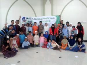 Foto bersama : santunan wilayah ITS di MAsjid Ash Sa'adah