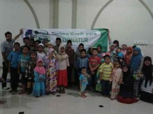 foto bersama: adik-adik yatim Berkarya Surabaya dan relawan pengajar