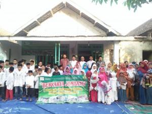 Foto bersama adik-adik yatim Jombang