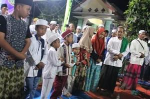 Foto bersama adik-adik yatim wilayah Alassumur
