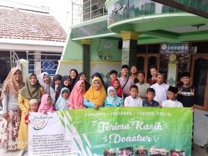 Foto dokumentasi santunan yayasan berkarya Surabaya wilayah unesa