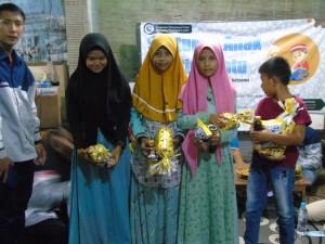 Adik-Adik yatim yang berhasil mendapatkan hadiah karena menjawab pertanyaan-pertanyaan terkait pendidikan agama islam oleh kakak-kakak rpl unuja